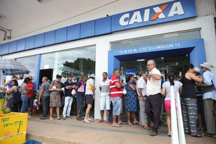 Brasília - Pessoas enfrentam filas no primeiro dia de saque do FGTS de contas inativas (Antonio Cruz/Agência Brasil)