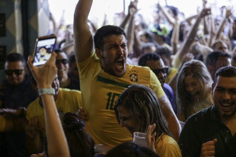 Brasilienses assistem jogo entre Brasil x Sérvia em bares da capital federal.