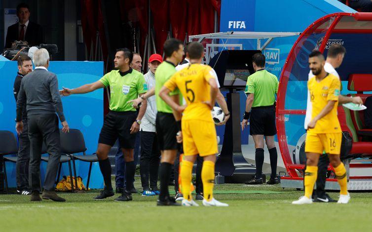 Copa 2018:França e Austrália. Árbitro Andres Cunha revê lance em VAR (sistema de vídeo-arbitragem) antes de conceder uma penalidade para a França.