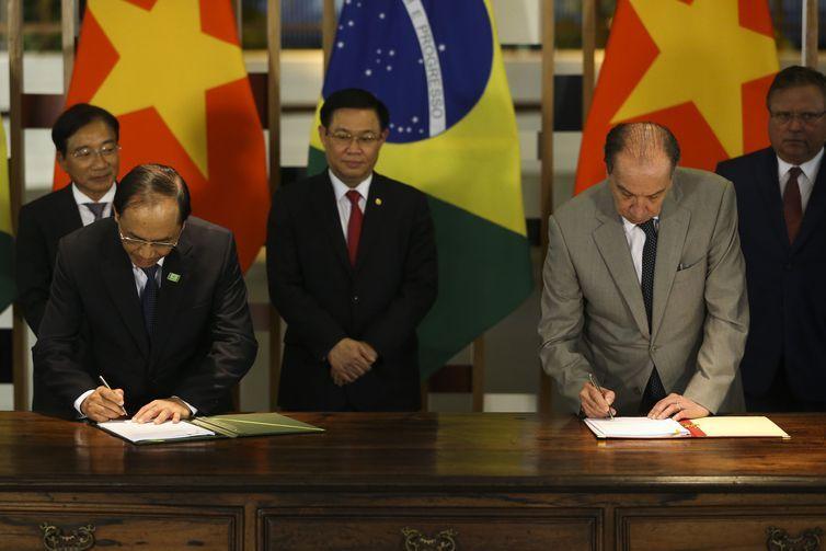 O Embaixador do Vietnã no Brasil, Do Ba Kho, o vice-primeiro-ministro vietnamita, Vuong Dinh Hue, o ministro das Relações Exteriores, Aloysio Nunes e o ministro da agricultura, Blairo Maggi durante assinatura de atos.