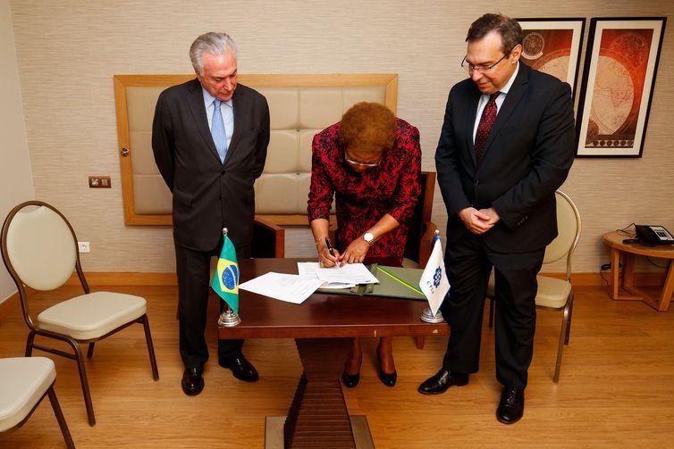O presidente Michel Temer, a Secretária Executiva da CPLP, Maria do Carmo Silveira, e o presidente da Empresa Brasil de Comunicação (EBC), Alexandre Parola, firmam cooperação para exibição de programas da TV Brasil nos países da CPLP.
