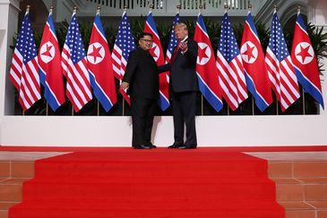 O presidente norte-americano Donald Trump se encontra com o líder da Coreia do Norte Kim Jong-Un - REUTERS/Jonathan Ernst