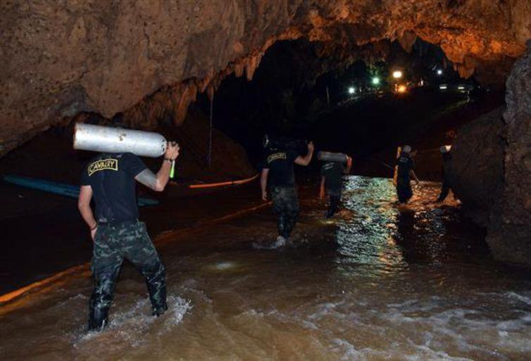 Adolescentes desaparecidos são encontrados com vida em caverna na Tailândia