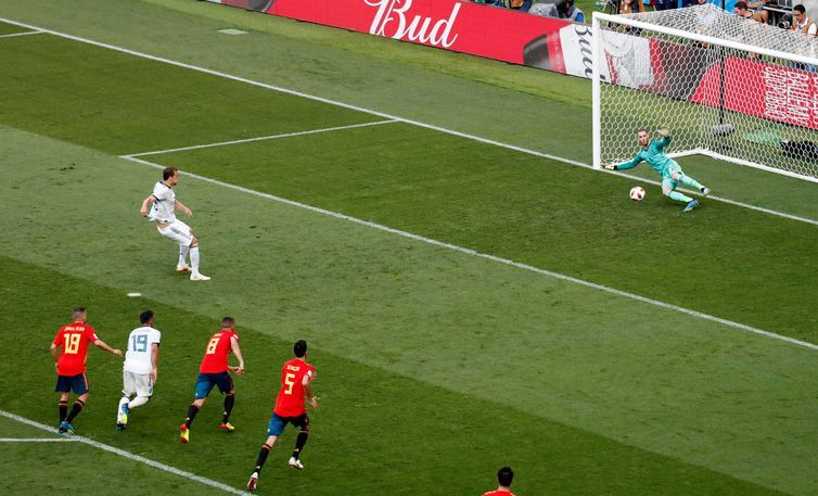 Copa 2018: Espanha e Rússia. Artem Dzyuba, da Rússia, marca o primeiro gol de pênalti da equipe.