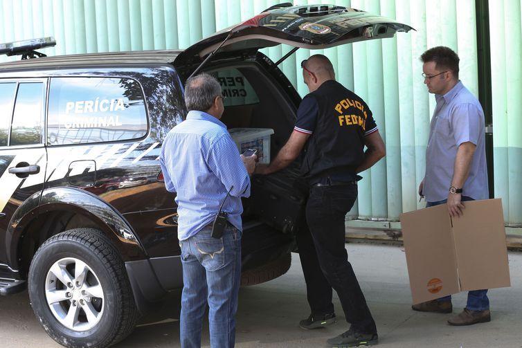 Policiais Federais chegam ao Ministério do Trabalho pra periciar salas que foram reviradas.
