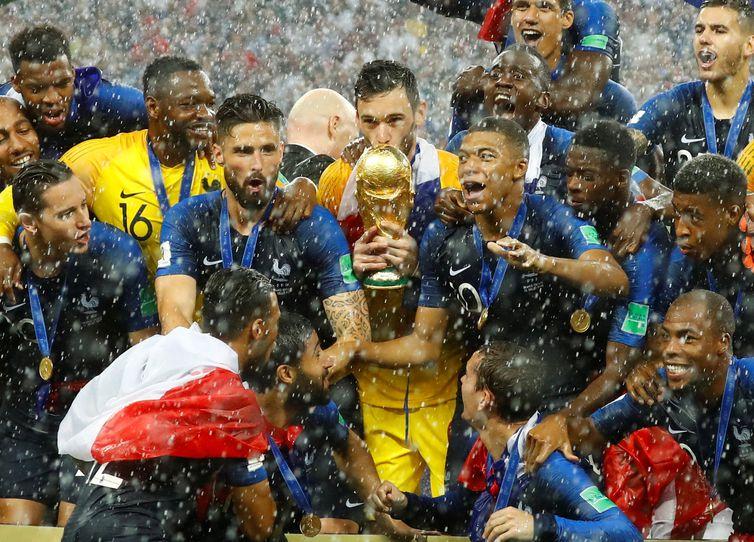 França recebe o troféu e as medalhas pela vitória na final da Copa do Mundo 2018, na Rússia