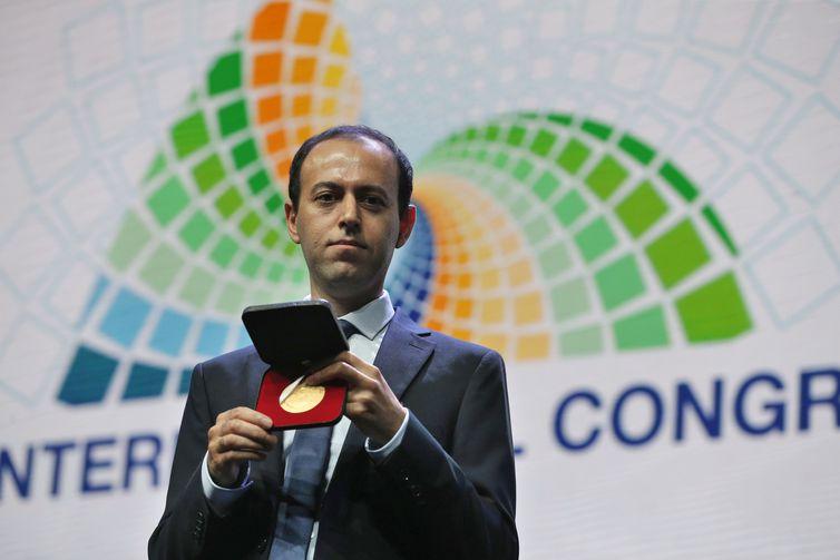 O matemático iraniano Caucher Birkar recebe nova medalha Fields, no Congresso Internacional de Matemática, após ter sua medalha furtada minutos depois de recebê-la no evento realizado no Riocentro.