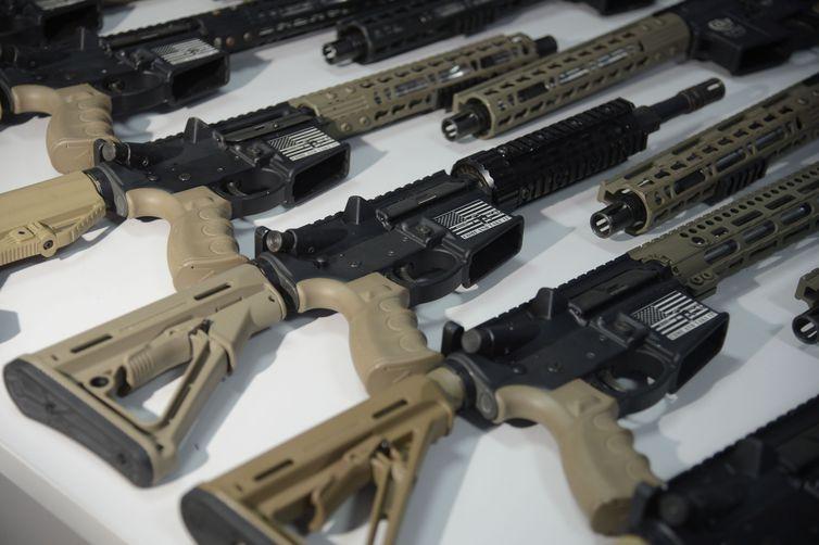 Rio de Janeiro - Apresentação de 19 fuzis AR-15 e AK-47, pistolas Glock, munição e pasta base de cocaína apreendidos em operação da Polícia Rodoviária Federal (PRF) e Polícia Civil em Itatiaia (Fernando Frazão/Agência Brasil).