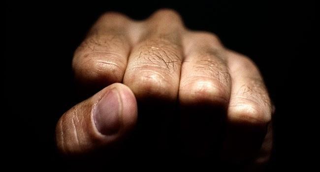 Homem é agredido com socos, pontapés e pauladas em Uberlândia