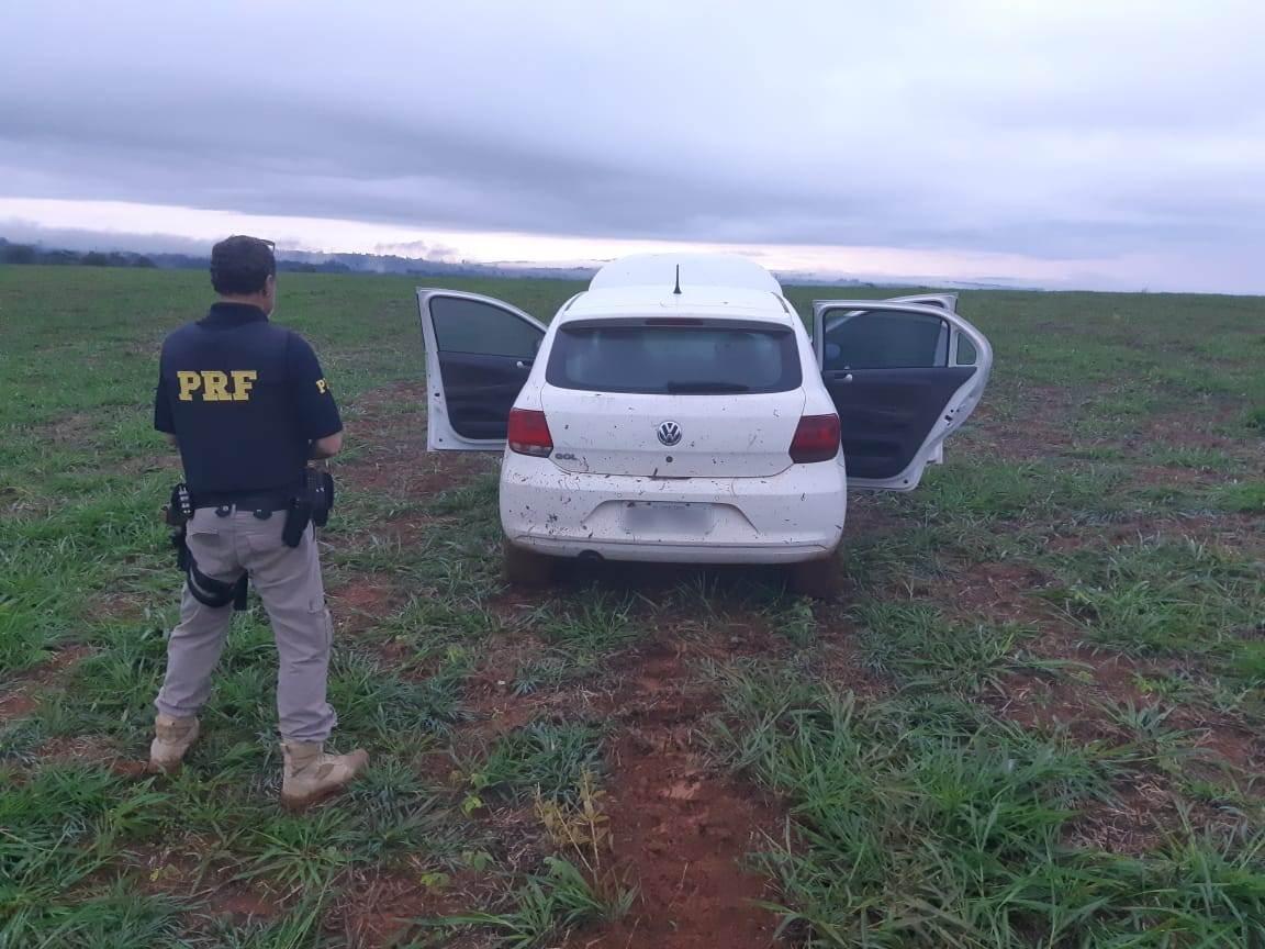 Carro invade o aeroporto de Patos de Minas (3)