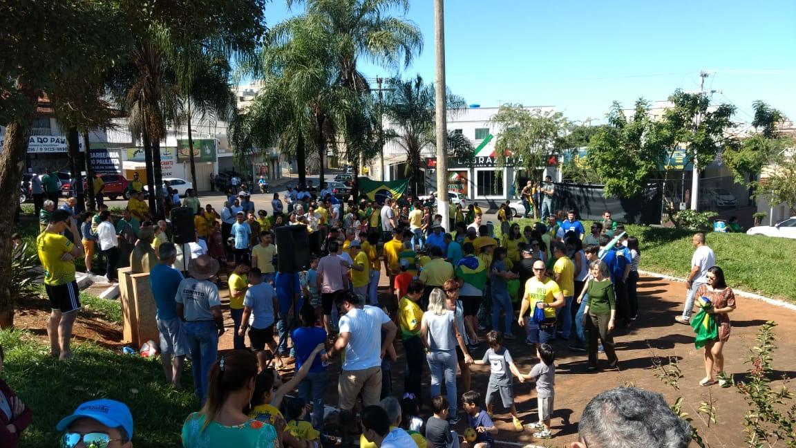 Manifestantes vão as ruas apoiar reformas do Governo Bolsonaro em Patos de Minas (6)