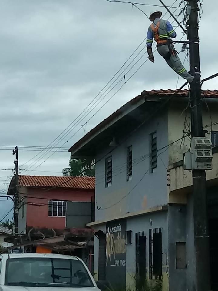 Morador derruba escada de eletricista ao ter luz cortada