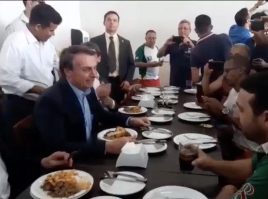 Bolsonaro almoça com caminhoneiros