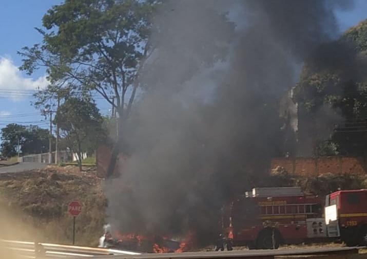 Carro pega fogo em Patos de Minas (2)