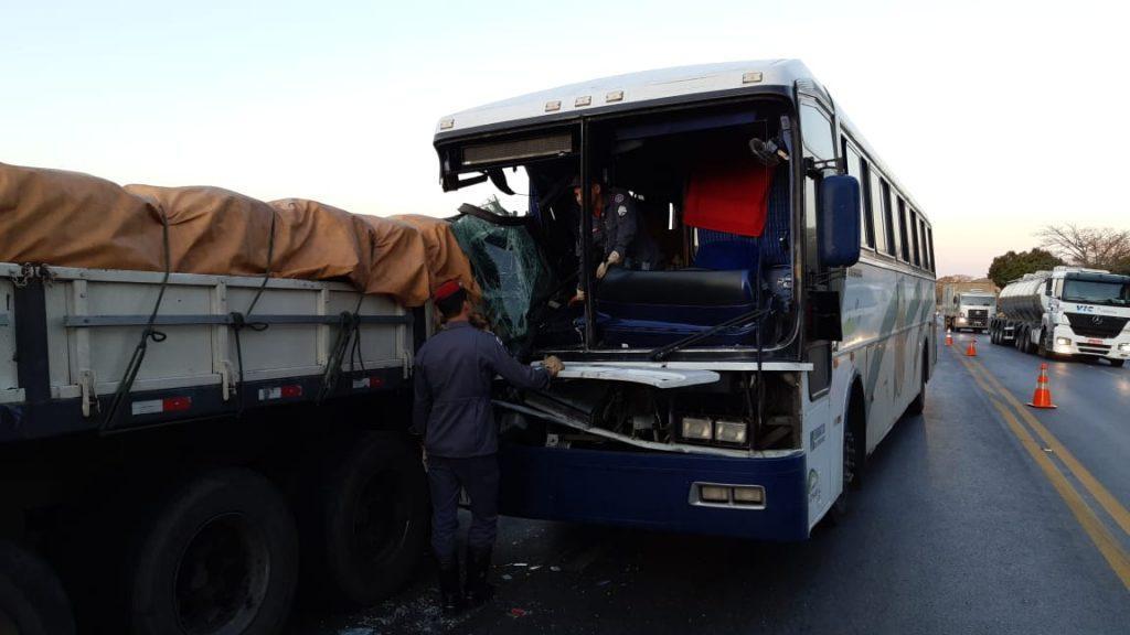 Ônibus bate em carreta e duas pessoas morrem na BR-365