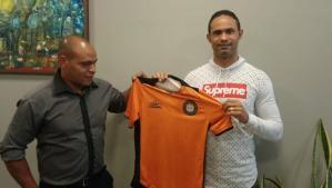 Goleiro Bruno assina contrato com clube mineiro
