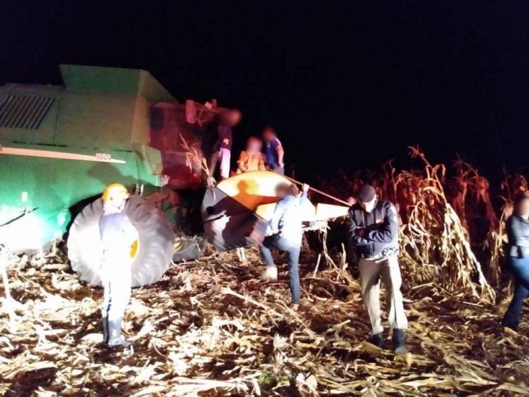 Homem cai nos discos de colheitadeira e morre