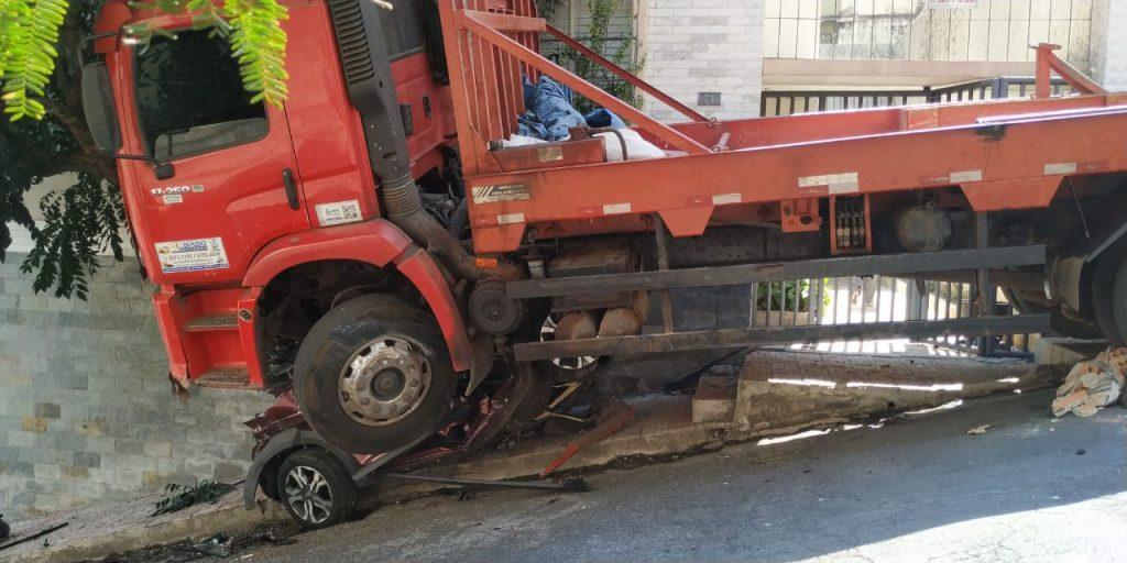 Mulher morre ao ter carro esmagado por caminhão
