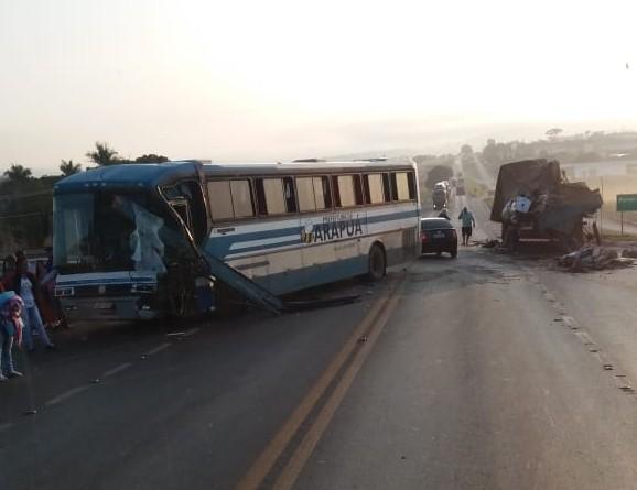 Ônibus de Arapuá se envolve em acidente em Patos de Minas