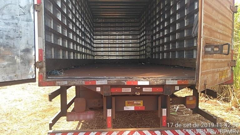 Bandidos roubam carga e abandonam caminhão em canavial na BR-262