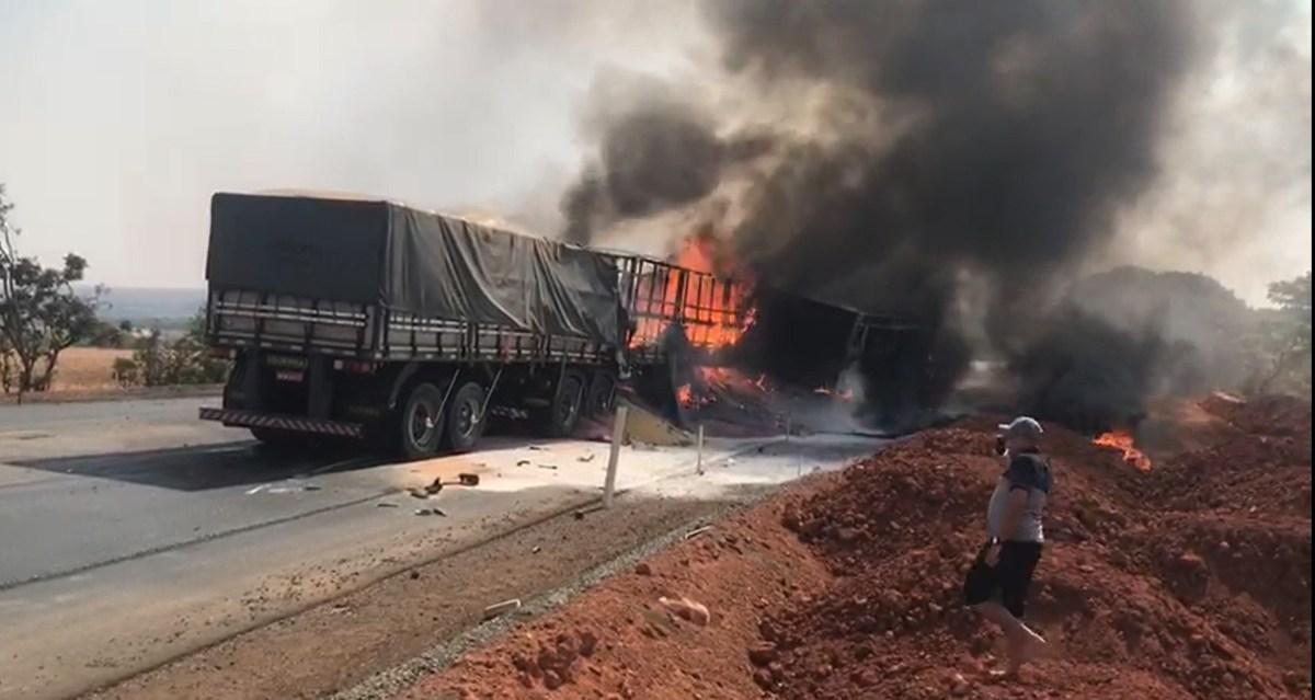 Caminhões pegam fogo e motorista morre em acidente na BR-365