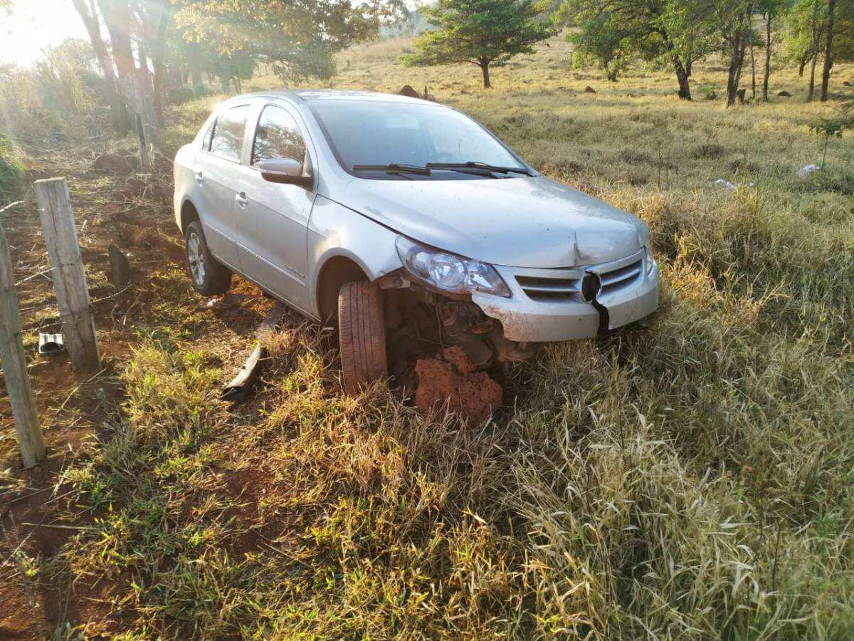 Carro bate em cerca após pneu furar na MG-230