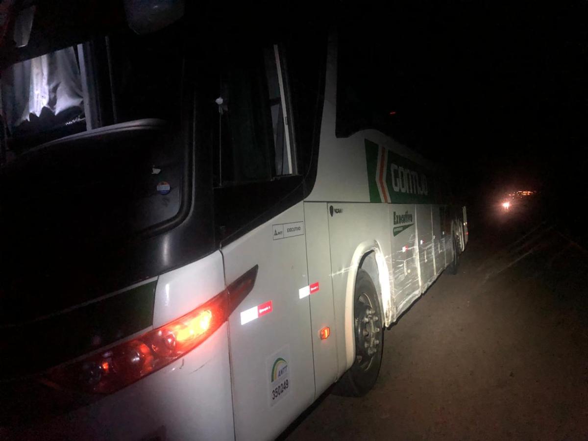 Ônibus e carro se envolvem em acidente na MG-190 em Monte Carmelo