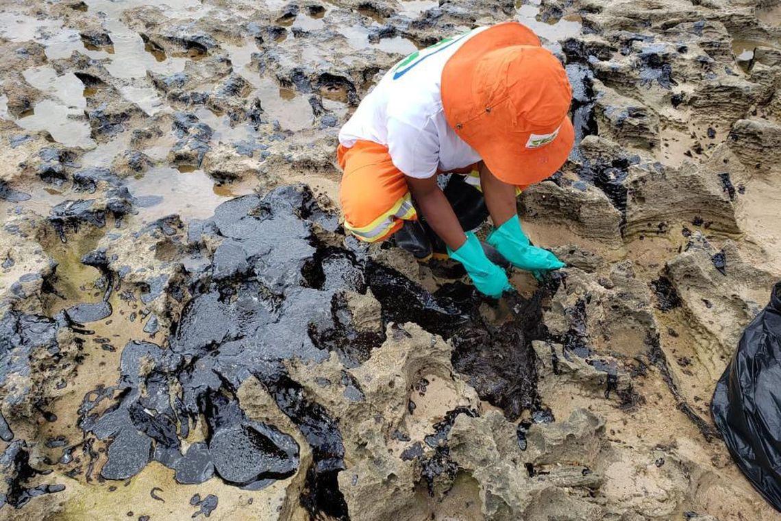 Óleo atinge novas praias de Pernambuco