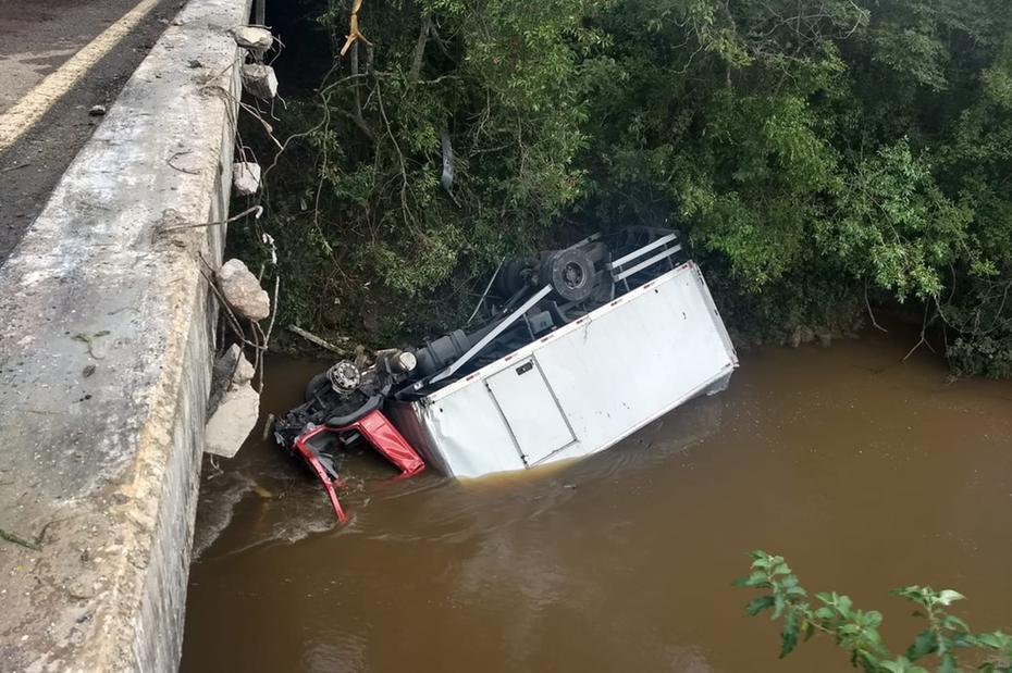 Caminhoneiro cai em rio e fica preso durante chuva