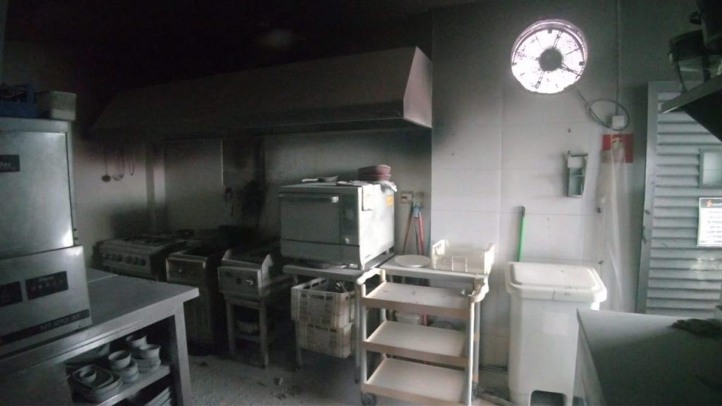 Fritadeira entra em curto e cozinha pega fogo