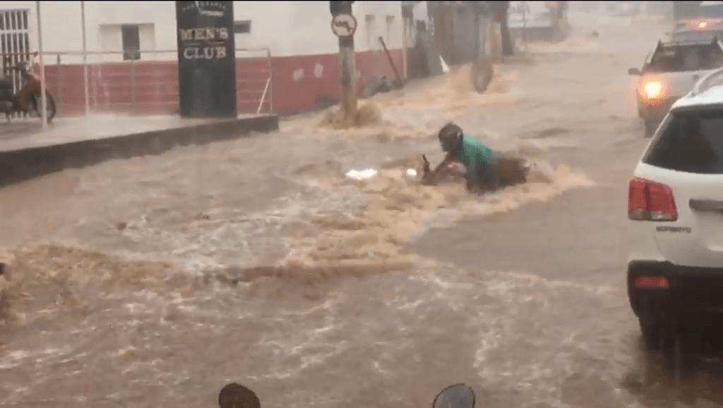 Temporal em Patos de Minas causa alagamentos e caos no trânsito