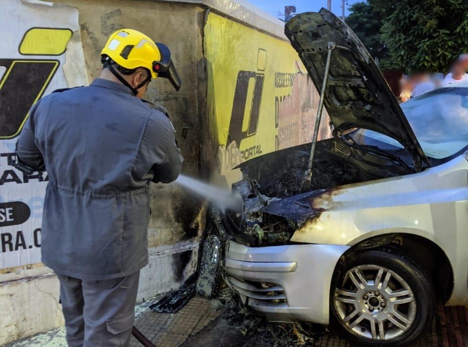 Carro pega fogo em Araxá