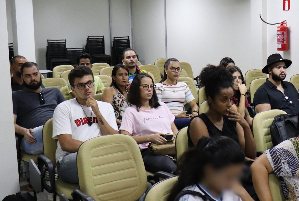 LGBTq(s) de Patos de Minas ficam decepcionados com adiamento