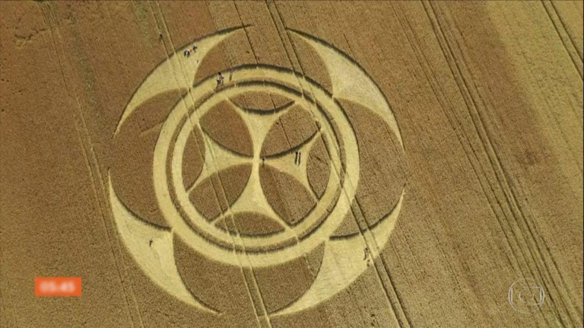 Agroglifo - Símbolo gigantesco em campo de trigo
