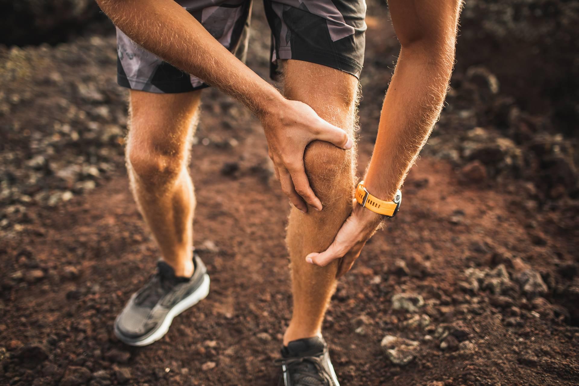 Was hilft (besser) gegen Knieschmerzen? Curcumin Vs. Ibuprofen