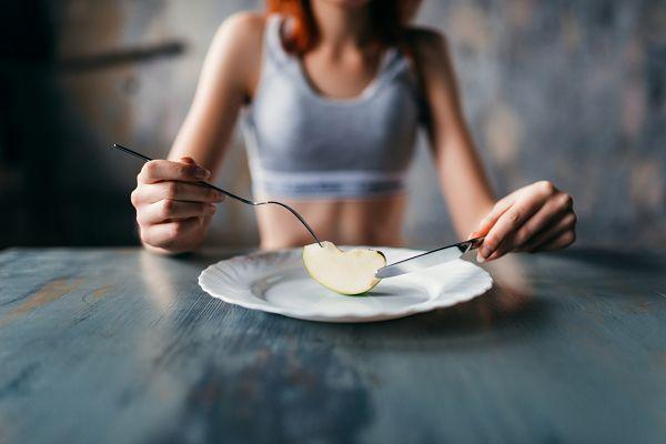 Anorexia nervosa, oft auch einfach als Anorexie bezeichnet, ist eine Essstörung, die sich durch geringes Gewicht, Nahrungsbeschränkung, Angst vor Gewichtszunahme und den starken Wunsch nach Dünnsein auszeichnet. Viele Menschen mit Anorexie sehen sich als übergewichtig an, obwohl sie tatsächlich untergewichtig sind.