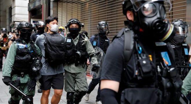 Polícia de Hong Kong prende 300 manifestantes entre milhares, durante manifestação