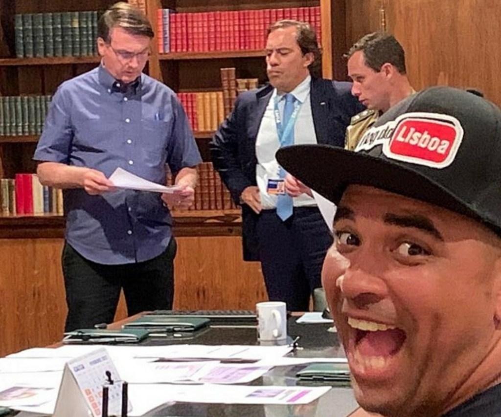 Bolsonaro dá os parabéns à imprensa pelo Dia da Mentira e recebe visita especial