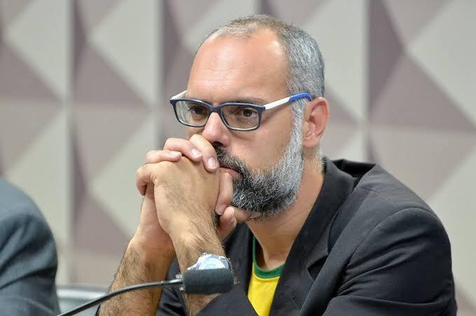 Moraes determina prisão e extradição do jornalista Allan dos Santos