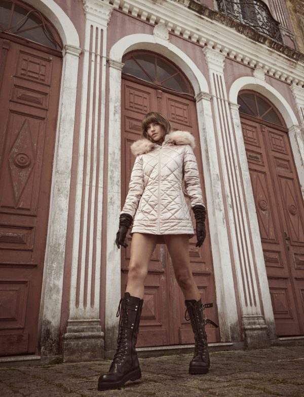 modelo andando vestindo casaco matelasse rose gold