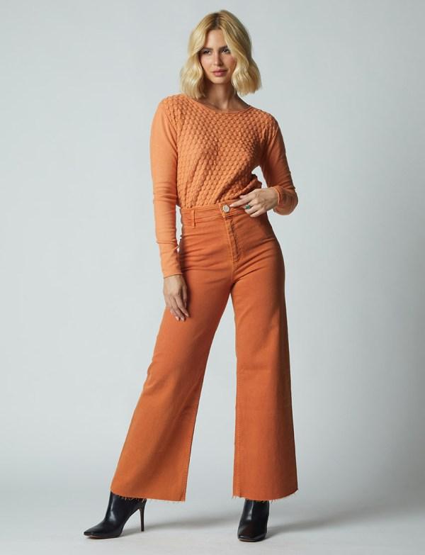 modelo usando blusa escama com detalhes em relevo trico