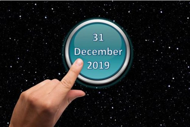 "Finger clicking on a button that has the inscription ""31 December 2019""."