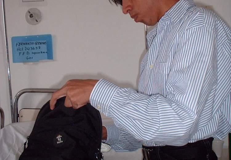 Hombre recién ubicado en su cuarto y desempacando sus cosas.