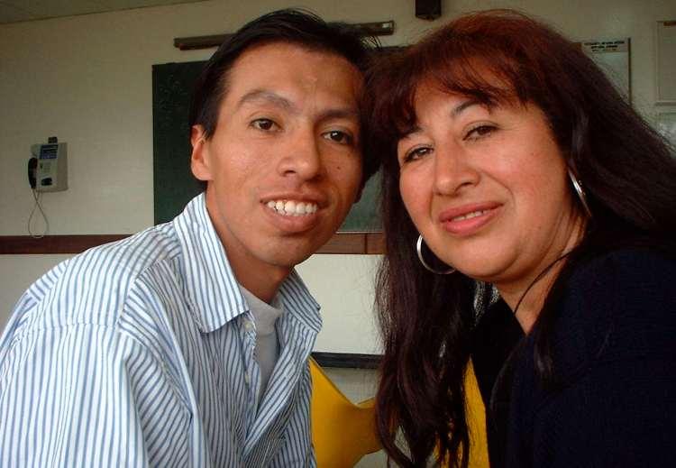 Hombre infectado con SIDA/vih en Bogotá con su máma en la sala de espera en el hospital.