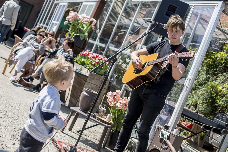 Okke Punt treedt op tijdens het Bloesemfestival