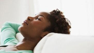 black woman sleeping 475x3501 - Acorde com Cabelos Bonitos e Arrumados - Especial Cabelos Cacheados