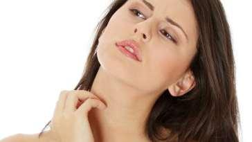 mulher cocando pele - Como Reduzir O Efeito do Estresse na Pele?