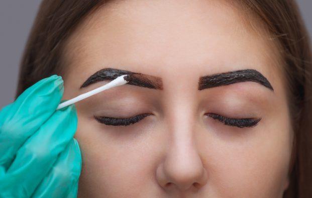 iStock 613888848 621x394 - 7 truques para as Falhas das sobrancelhas