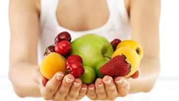 imagem mulher frutas - Você Sabe o Que É Educação Nutricional?