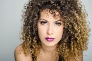 Beautiful young woman with perfect skin closeup 000051549826 Small 300x198 - Top 10 – Os melhores cremes sem enxague para cabelos cacheados